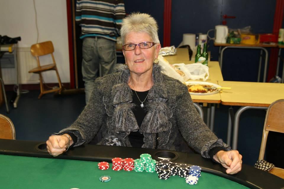 Monique joueuse de poker et de pétanque du guilvinec